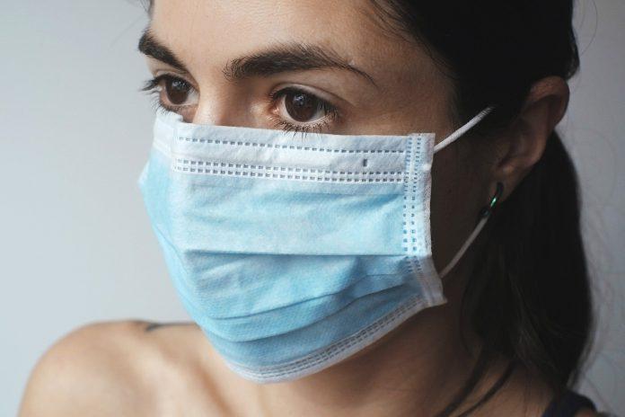 Uso de máscaras cirúrgicas pode atrasar avanço da pandemia de COVID-19