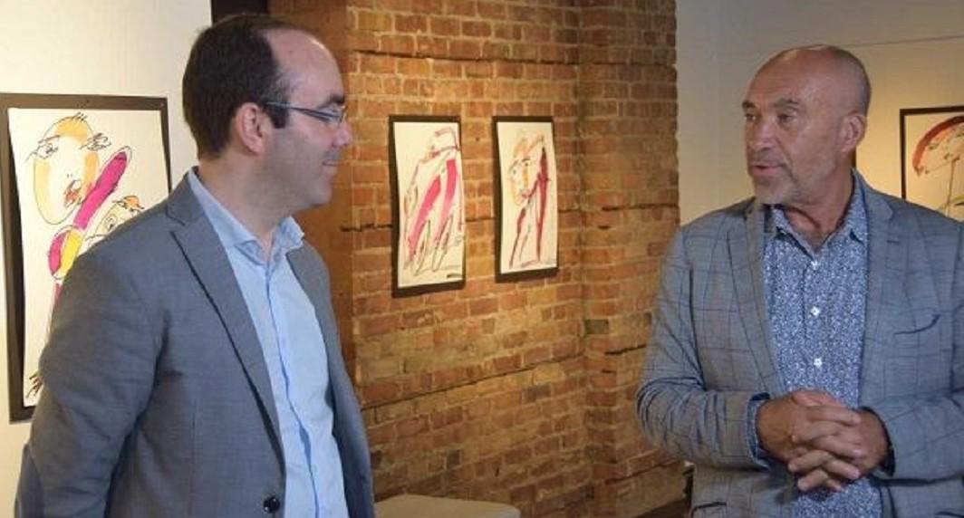 """Destacado empresário da diáspora, o comendador Manuel DaCosta (dir), é também proprietário da Peach Gallery, uma galeria de arte em Toronto que tem divulgado obras de artistas lusófonos, como em 2018, aquando da exposição """"Con-Textos de Criatividade"""" do mestre-pintor português Orlando Pompeu, cuja curadoria esteve a cargo do historiador Daniel Bastos (esq.)"""