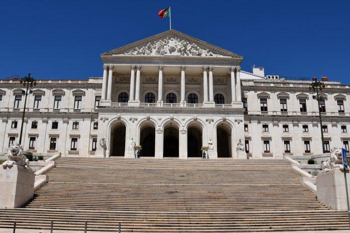 PSD quer audição urgente do Ministro da Educação no Parlamento
