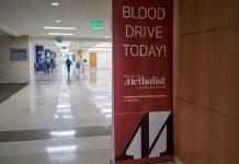 Resultados iniciais dos ensaios com plasma convalescente mostram sucesso, com 76% dos pacientes a apresentar melhoras. Os cientistas clínicos do centro médico académico Houston Methodist consideram que a terapia é promissora.