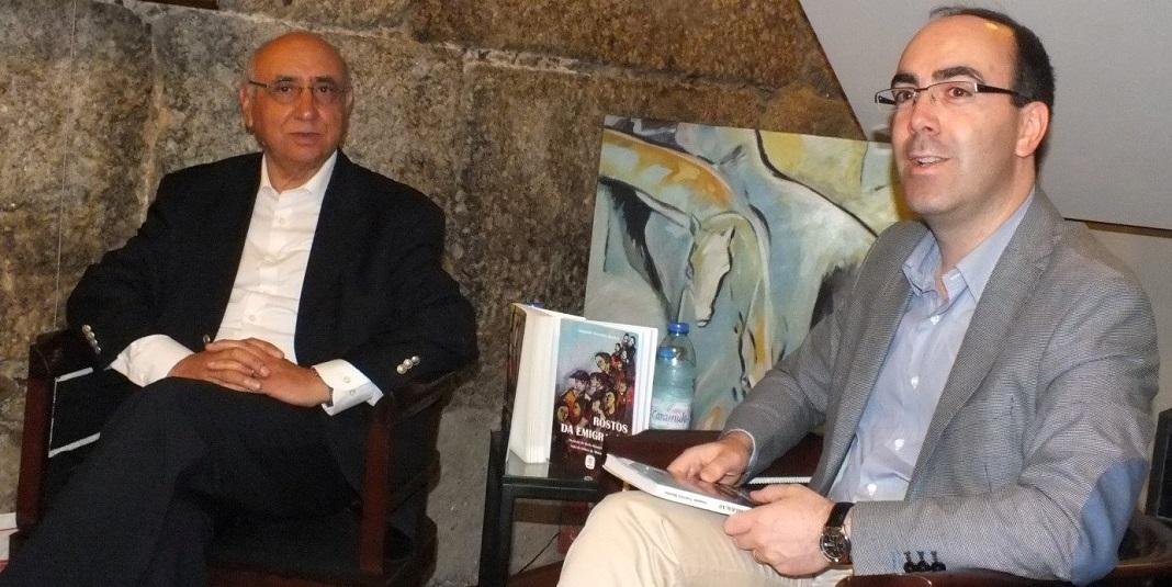 """O livro """"Rostos da Emigração"""" do escritor Joaquim Tenreira Martins (esq.), entre várias sessões junto das comunidades portuguesas e no território nacional, foi lançado na cidade berço de Portugal em 2017, numa sessão de apresentação que esteve a cargo do historiador Daniel Bastos (dir.)"""