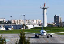 Turistas recebem informação nos aeroportos sobre regras sanitárias em Portugal