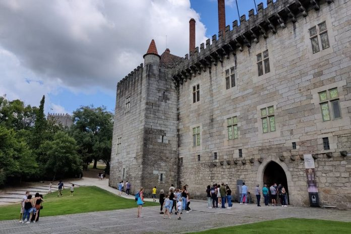 Paço dos Duques de Bragança convida jovens a uma visita