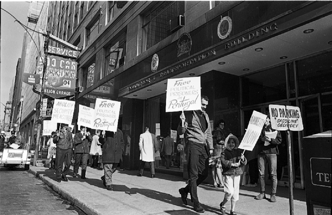 Manifestação de emigrantes e exiliados lusos em Toronto, no Canadá, a exigirem a libertação de presos políticos em Portugal (1966) - Photo by Reed, York University Libraries, Clara Thomas Archives & Special Collections, Toronto Telegram fonds, F0433, ASC08256.