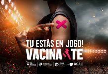 Jogadores de futebol numa campanha para atrair os jovens à vacinação COVID-19