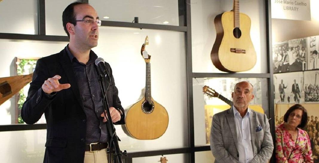 O historiador Daniel Bastos (esq.), cujo percurso tem sido alicerçado no seio das Comunidades Portuguesas, acompanhado em 2016 do comendador Manuel DaCosta (dir.) na Galeria dos Pioneiros Portugueses, em Toronto, no âmbito de uma conferência sobre a Emigração Portuguesa