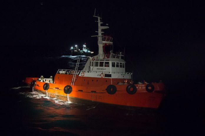 Rebocador e navio de pesca à deriva